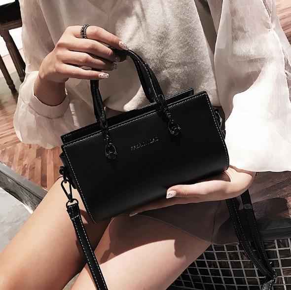 [ พร้อมส่ง ] - กระเป๋าถือ/สะพาย สีดำคลาสสิค ขนาดกระทัดรัด ดีไซน์สวยเรียบหรู ดูดี งานหนังมันเงาสวย คุณภาพดีค่ะ
