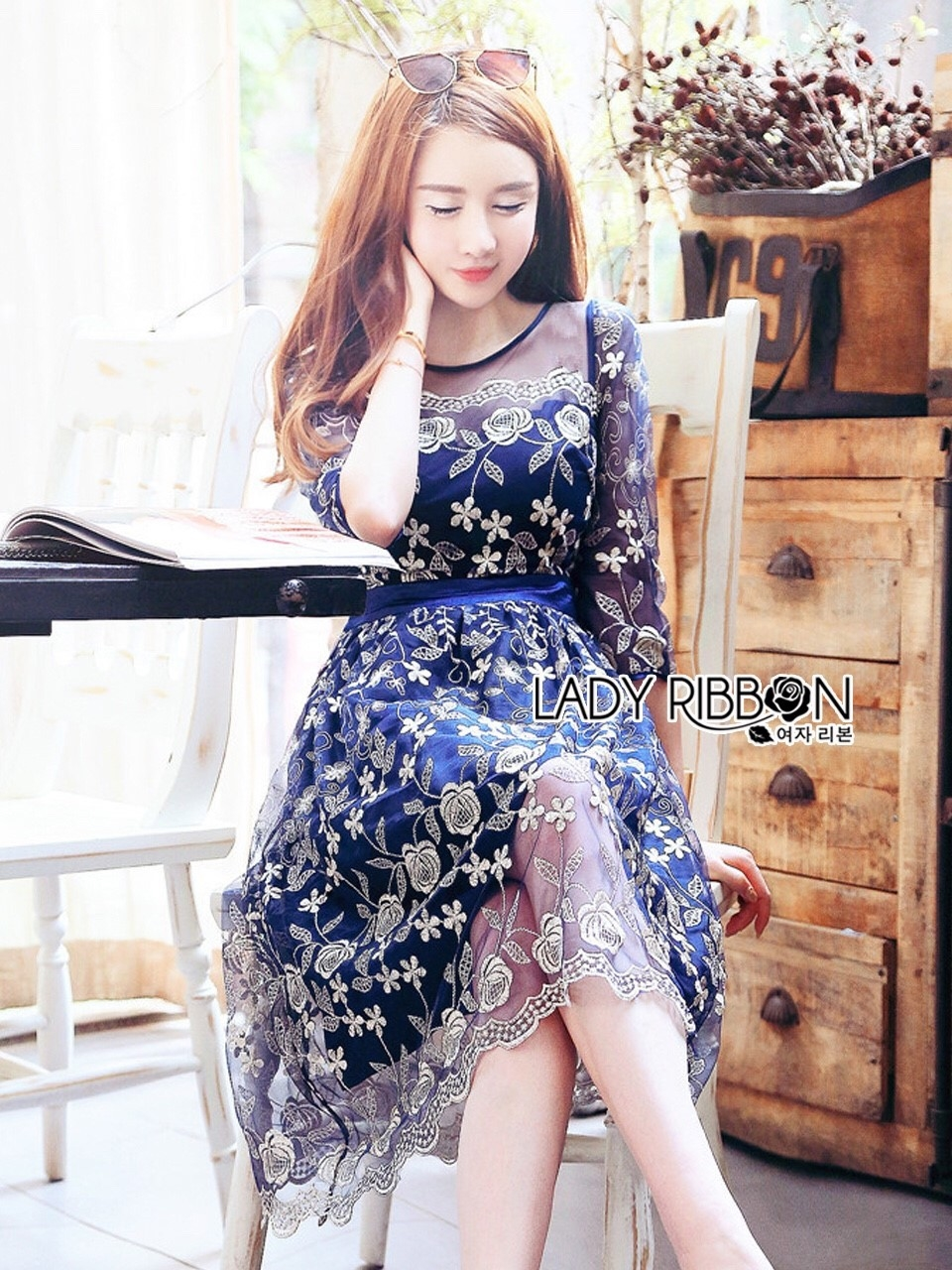 ชุดเดรสเกาหลี พร้อมส่งเดรสผ้าทูลเลสีน้ำเงินปักลายดอกกุหลาบสีทอง