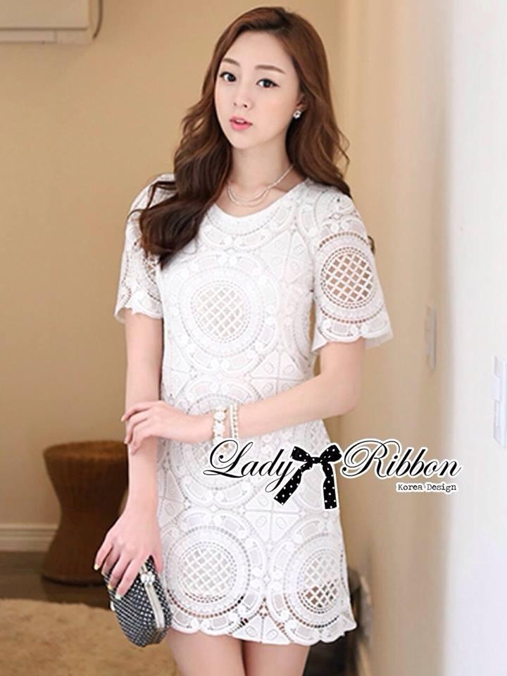 ( พร้อมส่งเสื้อผ้าเกาหลี) เดรสผ้าลูกไม้สีขาวสไตล์คลาสสิก ตัวนี้ใส่แล้วดูเป็นลุคคุณหนูดูผู้ดีสุดๆ สามารถใส่ไปงานแต่งงานหรือออกงานหรูได้สบายเลยค่ะ โดดเด่นมาก ตัวเสื้อเป็นแขนสั้น ส่วนแพทเทิร์นชุดเป็นทรงตรง เข้ารูปนิดหน่อย แต่ใส่แล้วดูสบาย ไม่รัดและไม่เน้นรูป