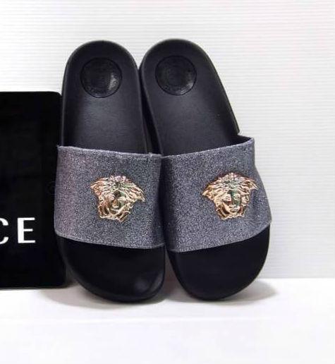รองเท้าแตะแฟชั่น แบบสวม แต่งกลิสเตอร์วิ้งและอะไหล่สไตล์เวอร์ซาเช่สวยเก๋ วัสดุอย่างดี พื้นนิ่ม หนังนิ่ม ใส่สบายมาก แมทสวยได้ทุกชุด