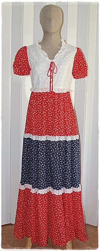 Sold เดรสยาว คอวี แขนตุ๊กตา เข้าเอว ซิปหลัง ลายดอก สีแดง ขาว น้ำเงิน