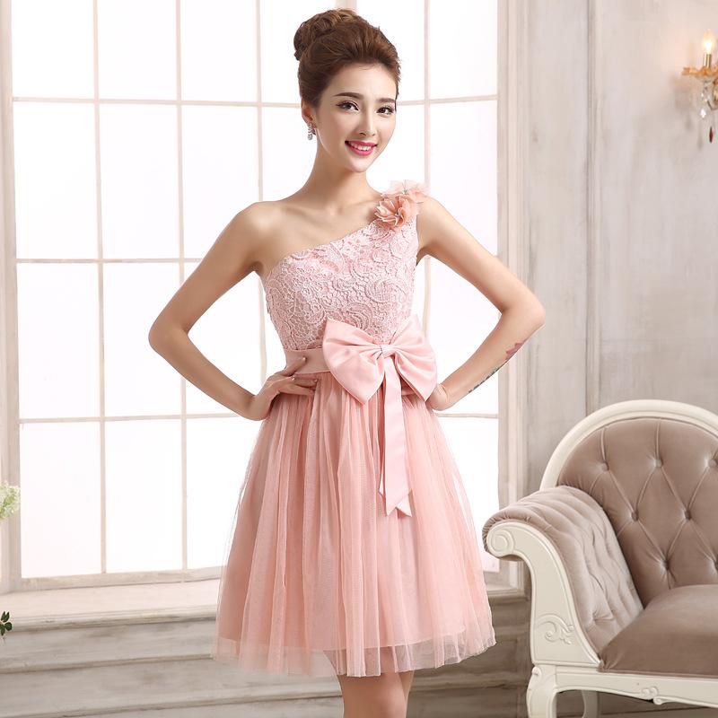 ชุดราตรีสั้นสีชมพู ไหล่เฉียงแต่งดอกไม้ ตัวเสื้อผ้าลูกไม้ แต่งโบว์ กระโปรงผ้าซีทรู ลุคสาวหวาน เรียบร้อย ดูดี