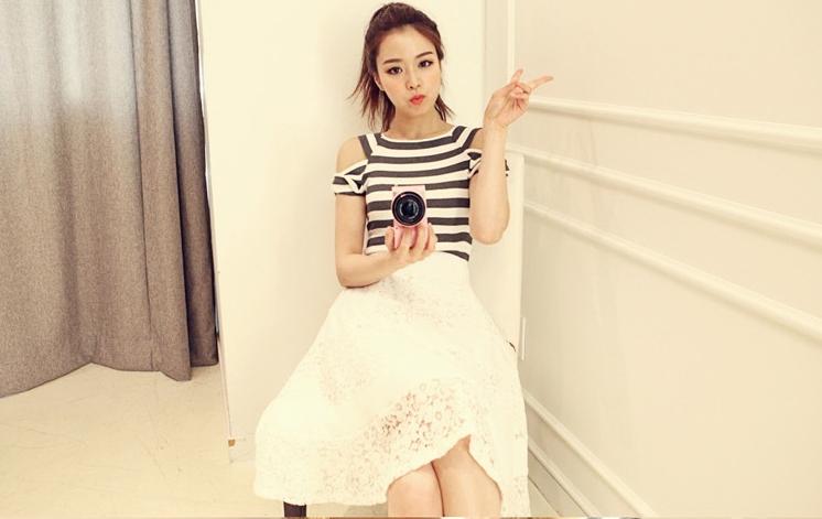 แฟชั่นเกาหลีน่ารักๆ เสื้อลายขวางเว้าไหล่สีขาวดำ คู่กับกระโปรงสีขาวผ้าลูกไม้ ซับใน
