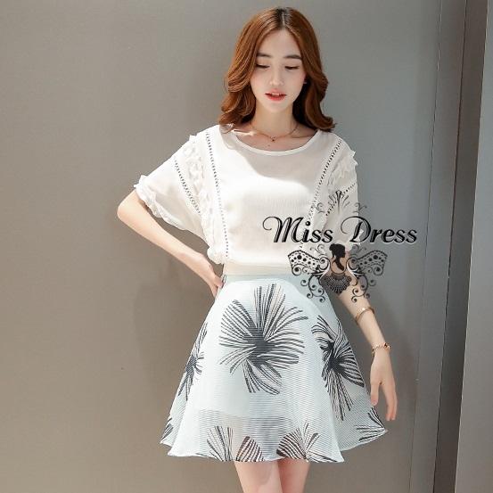 ชุดเซ็ทเข้าชุดน่ารักสไตล์เกาหลี เสื้อสีขาวแขนสั้น คู่กับ กระโปรงสีเขียวลายดอกไม้