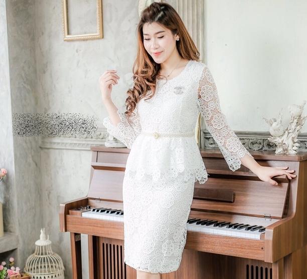 ชุดเดรสสีขาวใส่ออกงาน ไปงานแต่งงาน เรียบหรู ผ้าลูกๆม้ เข้ารุป เอวแต่งระบาย แขนยาว