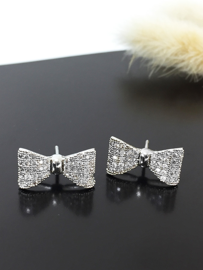Petit Bow Earring ต่างหูแฟชั่นเกาหลี ตุ้มหูเพชร CZ รูปโบว์ สีเงิน พร้อมส่งค่ะ