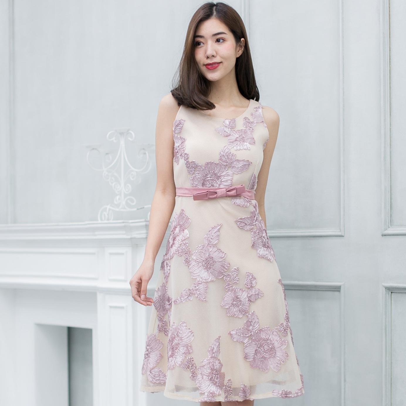 ชุดเดรสออกงานสั้นสีชมพู ปักดอกไม้ ลุคสวยหวาน งานสวยเป๊ะ สไตล์คุณหนู