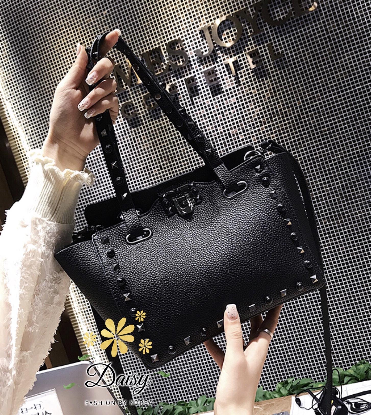 กระเป๋าทรงฮิต แบบปากกว้าง ทรงนี้ใส่ของได้เยอะใบไม่ใหญ่มาก หาของได้ง่ายค่ะเพราะปากกว้าง วัสดุหนัง pu แบบนิ่ม แต่งหมุดสีดำ