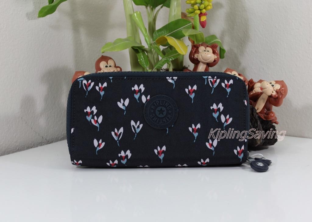 Kipling Uzaio Small Flower เป็นกระเป๋าสตางค์ใบยาวแบบ 2 ซิปรอบ ขนาด 10 L x 18.5 H x 3.5 W cm