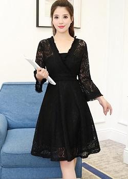 เดรสผ้าลูกไม้เนื้อดีสีดำ แขนยาวห้าส่วน รอบคอเสื้อ เอว และปลายแขนเสื้อ แต่งด้วยผ้าถักโครเชต์ชายระบาย
