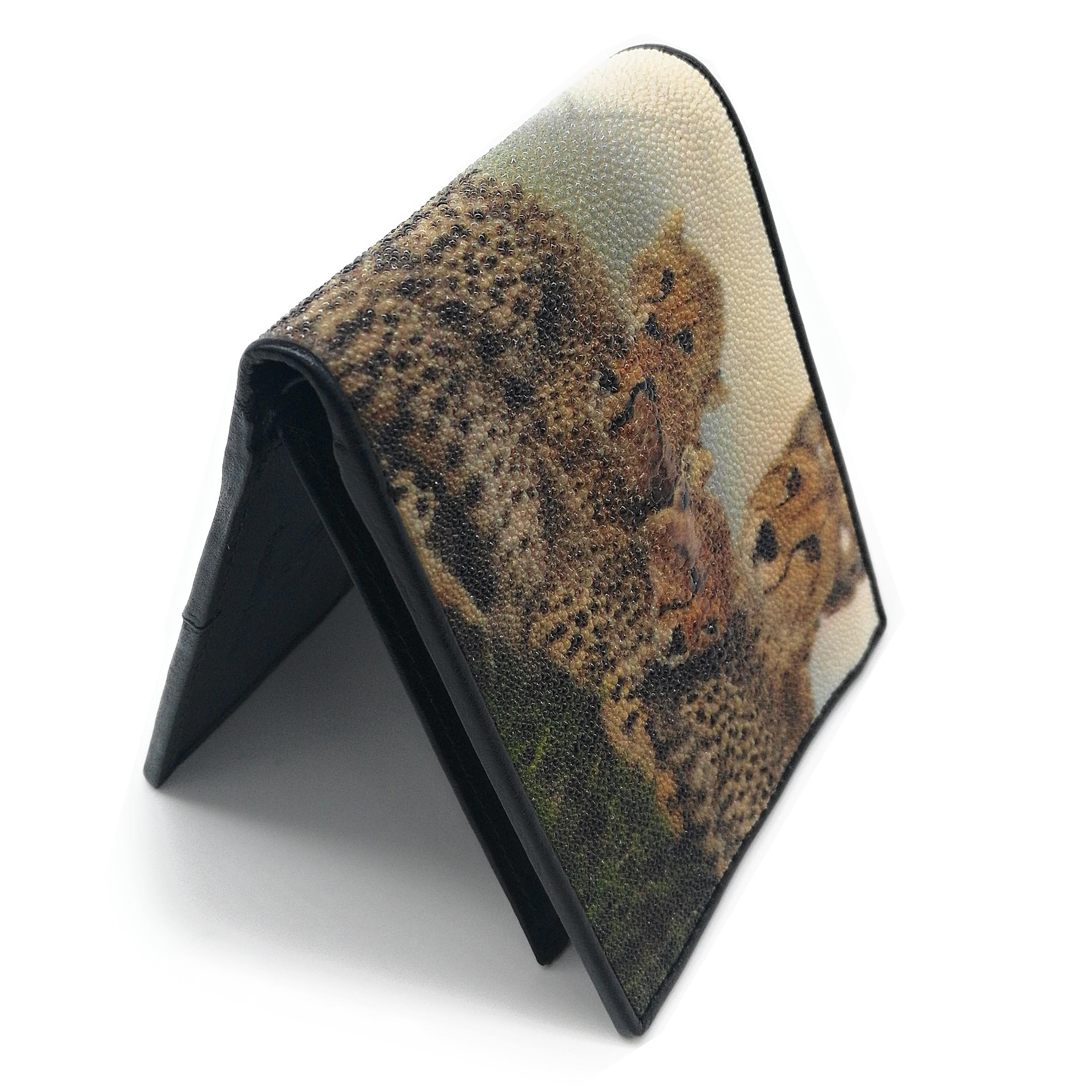 กระเป๋าสตางค์หนังปลากระเบนสองพับสั้นลายแม่เสือและลูกเสือสีน้ำตาลอ่อน