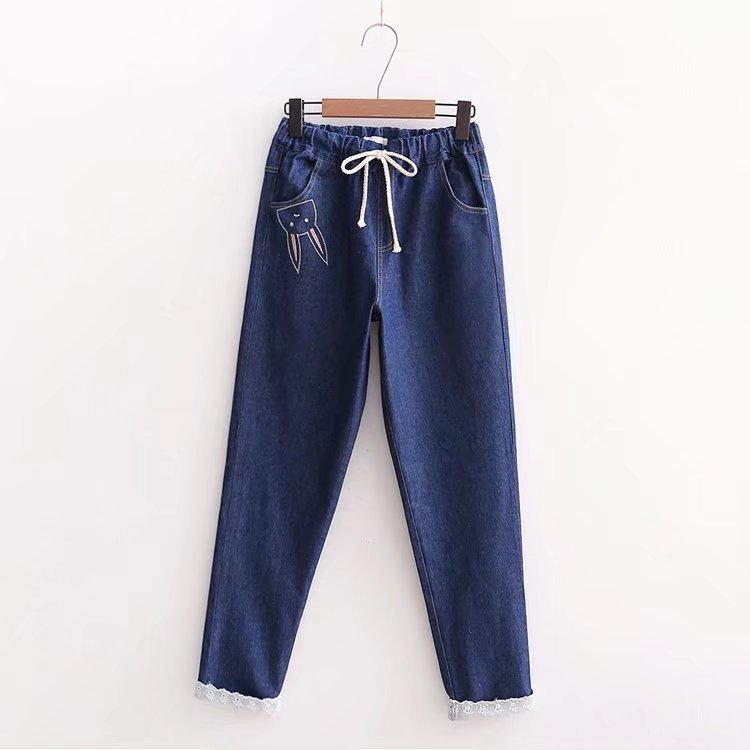 กางเกงยีนส์ขายาวสีน้ำเงิน แต่งลายกระต่ายน้อยน่ารักค่ะ