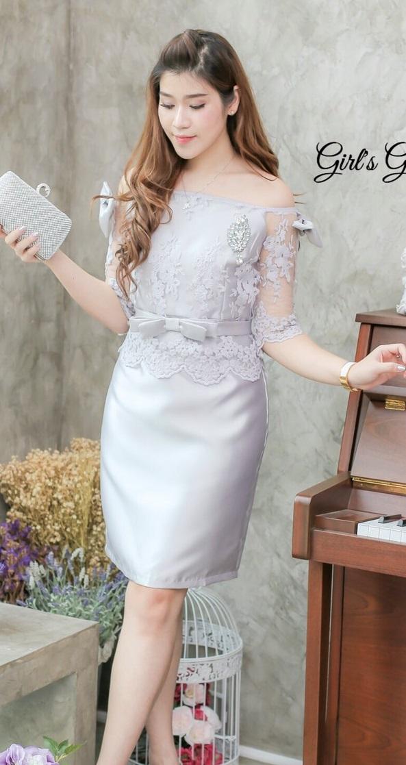 (Size M) ชุดไปงานแต่งงาน ชุดไปงานแต่งสีเทาควันบุหรี่ เดรสผ้าไหมบนลูกไม้ออแกนดี้เปิดไหล่ ด้านบนแต่งด้วยลูกไม้ออแกนดีอย่างดีผ้าสั่งทำพิเศษ มีดีเทลที่แขนทั้ง2ข้างแต่งโบว์ทั้ง2ข้าง