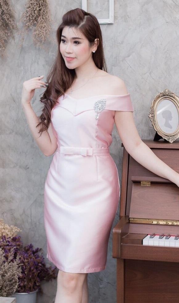 (Size L ) ชุดไปงานแต่งงาน ชุดไปงานแต่งสีชมพู ผ้าไหมทรงเปิดไหล่ มีดีเทลที่อกด้านในเสริมฟองน้ำดันทรงอย่างดี รุ่นนี้ขอแนะนำเลยคะ นื้อผ้าดีสุดๆคะ ,