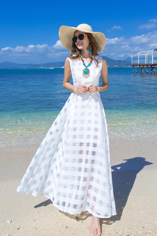 พร้อมส่ง ชุดเดรสยาว MAXIDRESS สีขาว ผ้าชีฟอง ลายตารางด้วยผ้าแก้ว ใส่ไปเที่ยวทะเลเก๋ๆ