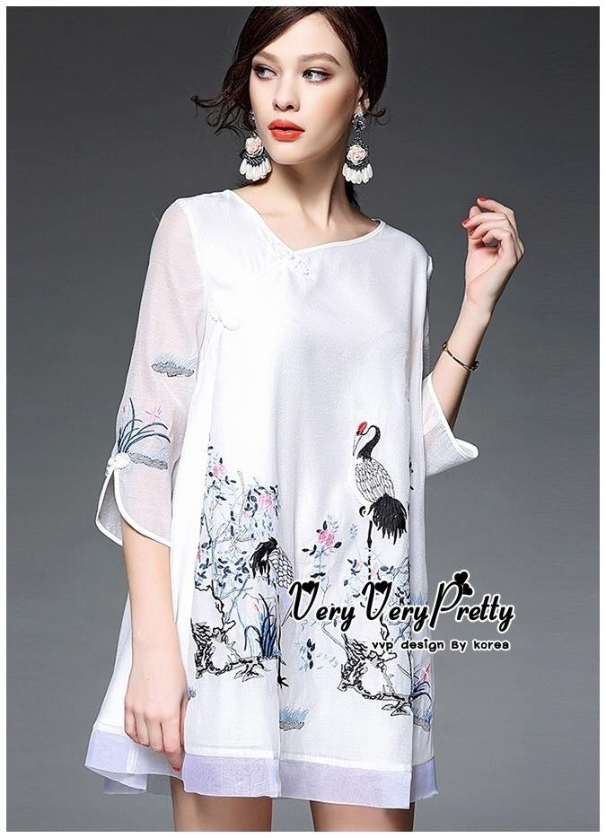 Luxurious White Silk Embroidered Shirt Blouse เสื้อตัวยาวงานปักสไตล์วินเทจสวยมากค่ะ งานคอป้ายทรงปล่อยแขนสามส่วน เพิ่มลวดลายให้สวยหรูด้วยงานปักพร้อมเย็บไล่เฉดสีเพิ่มความสวยให้กับงานปักด้วยนะคะ งานปักเย็บปราณีตสวยสไตล์งาน handmade เนื้อผ้าซีลล์ผสมเนื้อนุ่มพ