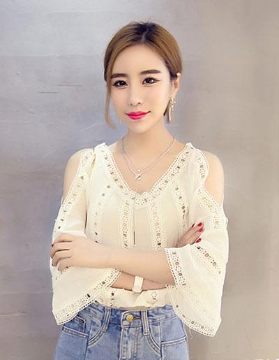 เสื้อแฟชั่นสีขาวคอวี ผ่าไหล่ แต่งผ้าลูกไม้สวยหวานสไตล์เกาหลี