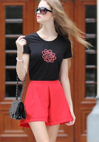 PreOrderไซส์ใหญ่ - เซตคู่เสื้อยืด-กางเกงขาสั้นคนอ้วน ไซส์ใหญ่ เสื้อยืดสีดำพิมพ์ดอกไม้ที่หน้าอก กางเกงขาสั้นสีแดงสดใส