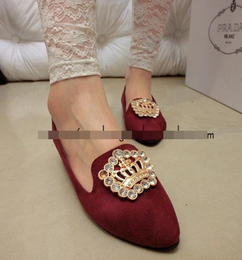 Pre Order - รองเท้าแฟชั่น ปลายแหลม แต่งมงกุฏ ข้างบนหน้าเท้า สี : สีน้ำเงิน / สีดำ / สีไวน์แดง