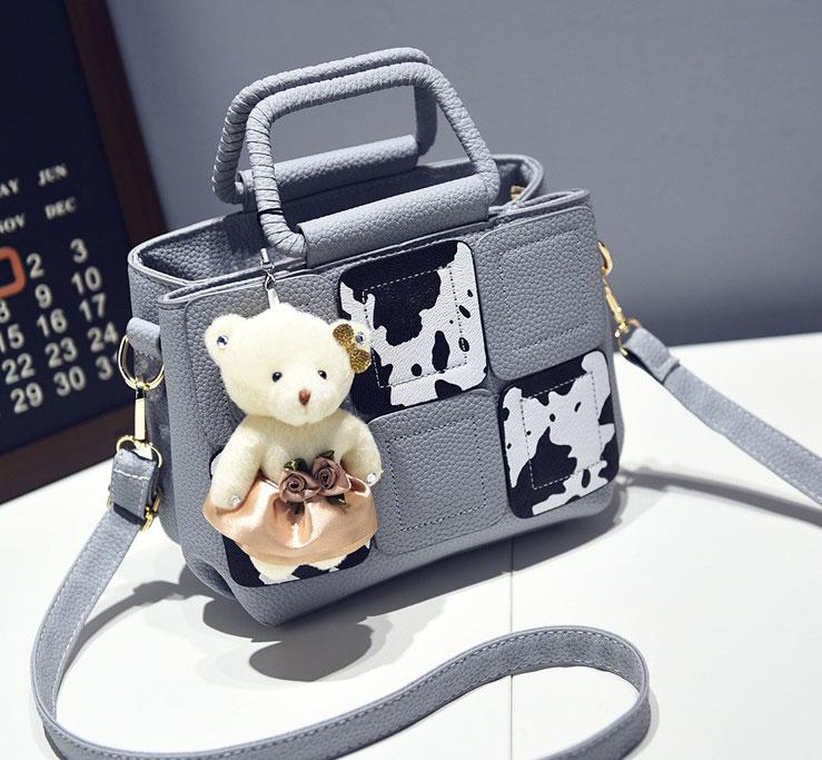 Pre-order กระเป๋าถือและสะพายข้างใบเล็ก เย็บตาราง แฟชั่นเกาหลี รหัส KO-312-1 สีเทาอ่อนลายวัวนมบ *แถมตุ๊กตาหมี