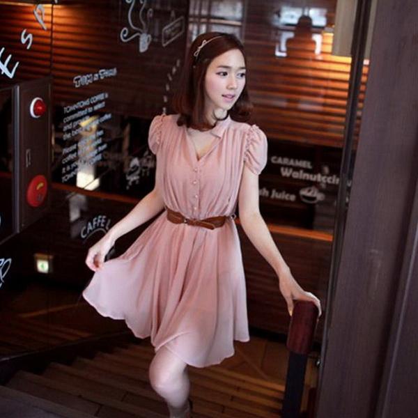 CHERRY DRESS ชุดเดรสคอจีน แฟชั่นผ้าชีฟอง สีชมพู ติดกระดุมหน้า แขนเสื้อแต่งระบายจับจีบ เอวเป็นยางยืด มีซับในทั้งตัว มาพร้อมเข็มขัดเข้าชุด ใส่ทำงาน น่ารัก Donut fashion (พร้อมส่ง)