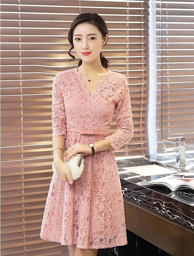 ชุดเดรสลูกไม้ ผ้าเนื้อดี สีชมพู แขนยาว คอเสื้อหยักเหมือนแบบ