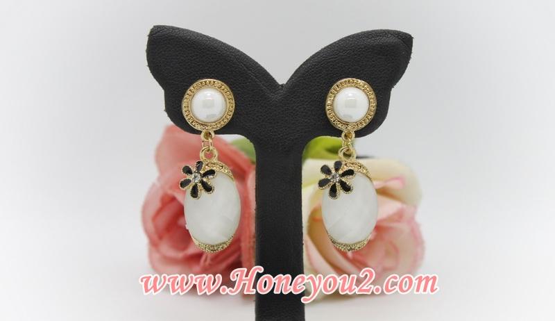 ต่างหูหนีบ ตุ้งติ้งคริสตัลวงรี สีขาว แต่งดอกไม้ดำ